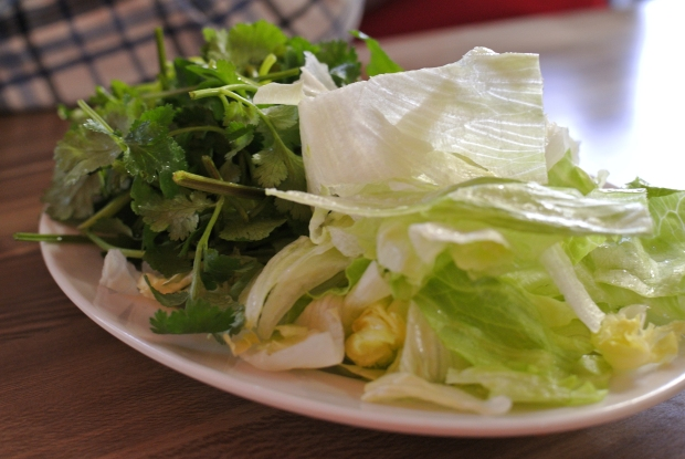Spousta bylinek je součástí Bun Cha. Připravte se hlavně na pořádnou porci koriandru.