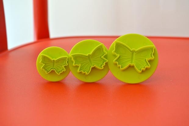 Další dárek - vykrajovačky na fondán ve tvaru motýlů. Těším se, až si u mě nějaká slečna objedná pastelový motýlí dort. Tak kdo bude první? :)