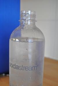 4. Láhev je správně naplněna, pokud voda dosahuje k naznačené rysce.