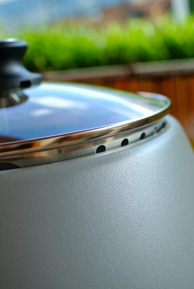 Poklop poklice můžete otočením vyšroubovat a pustit tak dovnitř vzduch. Tím můžete regulovat teplotu.
