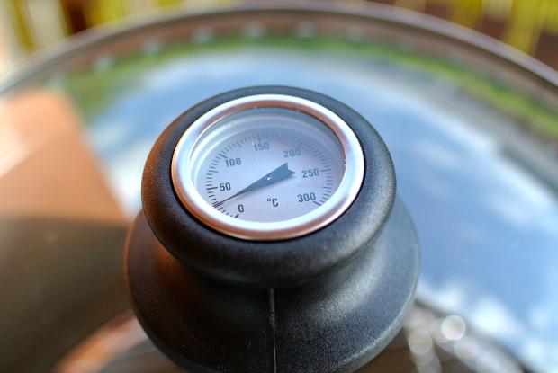 Součástí poklice je teploměr, který ukazuje teplotu uvnitř grilu.