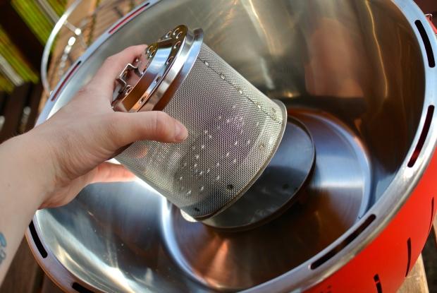 Zásobník na uhlí s krytkou proti odkapávání oleje do ohně. Pod zásobníkem je umístěný zmiňovaný ventilátor. Celý gril můžete pohodlně rozebrat a umýt.