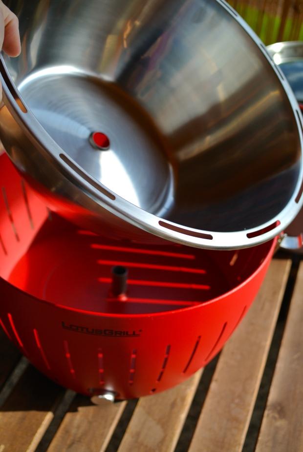 Do této mísy při grilování odkapává olej. Po skončení grilování misku jednoduše vyjmete a umyjete v myčce na nádobí.