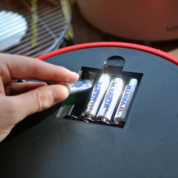 Ventilátor je poháněn čtyřmi tužkovými bateriemi. Ty se vkládají ze spodní strany grilu.