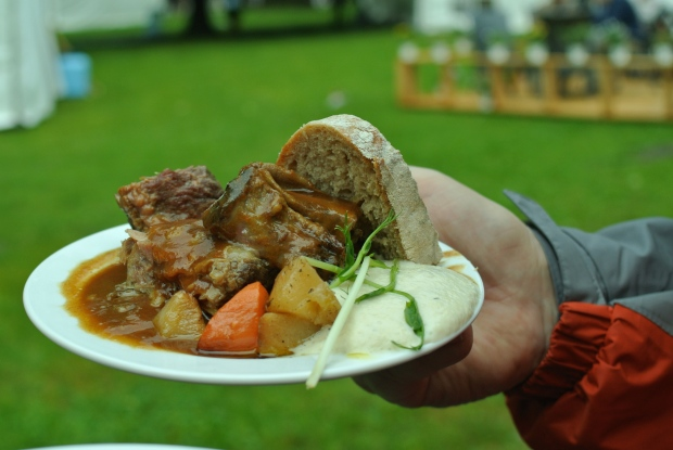 Angus hovězí žebro pečené na kořenové zelenině s  křenovou omáčkou a farmářským chlebem.
