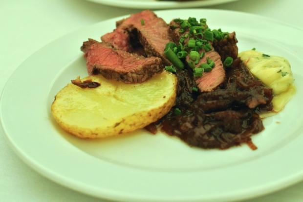 Angus / Wagyu grilovaný steaks bylinkovým máslem, pečeným jarním brambůrkem a cibulovým chutney.