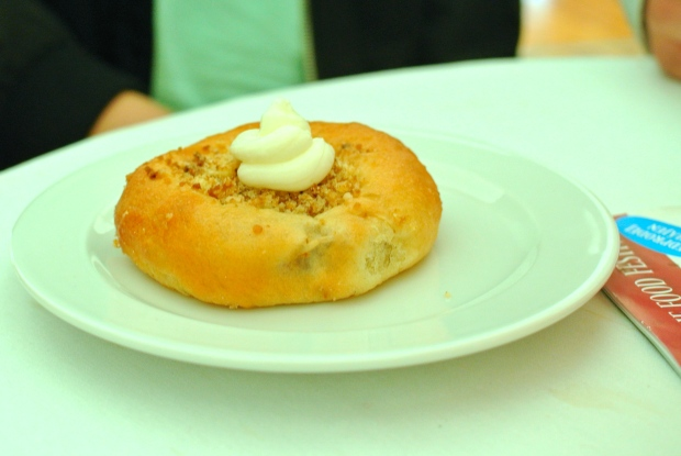 U Štěpána: Domácí jablečný koláč s drobenkou. (Náplň mile překvapila, opravdu hrála chutí)