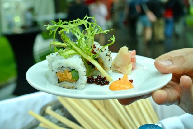 Aureole: Sushi set uramaki roll: losos Label Rouge & tuňák Yellowfin à la tartar, kimchi majonéza, mělnický chřest, shiso listy, kikkoman sójová omáčka, wasabi, marinovaný zázvor.