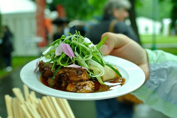 Aureole: Vykostěné kachní stehno à la pekingská kachna, hoisin omáčka, čerstvá okurka, jarní cibulka v šafránové placičce.