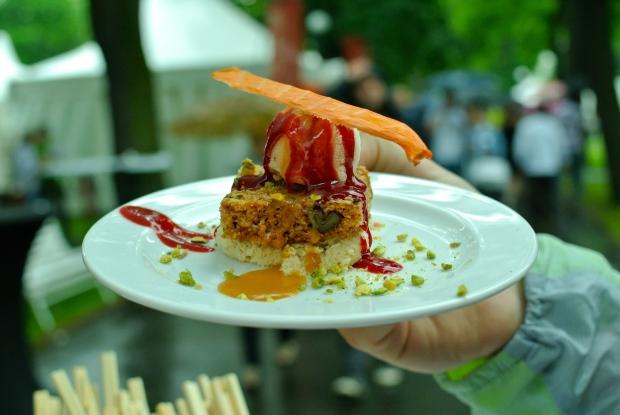 Aureole: Karotkovo-zázvorový dortík, krém z pečené bílé čokolády, sorbet z rudých pomerančů a thajské bazalky (Jeden z TOP talířů. Mňam!!!)