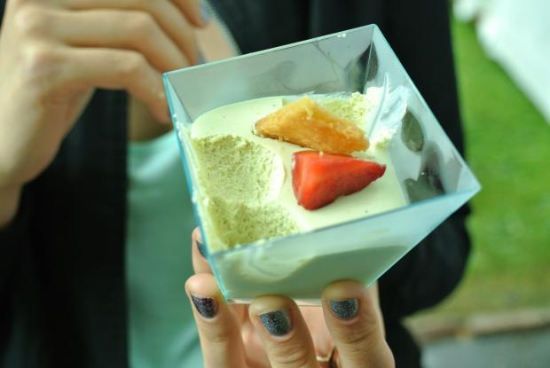 U Emy Destinnové: Pistáciový cheesecake (sami vidíte, že byl fajn, protože jsem ho nestihla ani vyfotit. Jen to byl spíš krém, než cheesecake - nemělo to moc formu dortu, ale chuťově dobré)