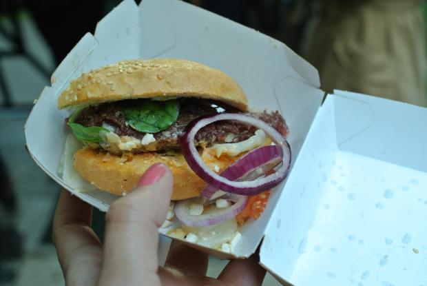Jenden ze soutěžních burgerů