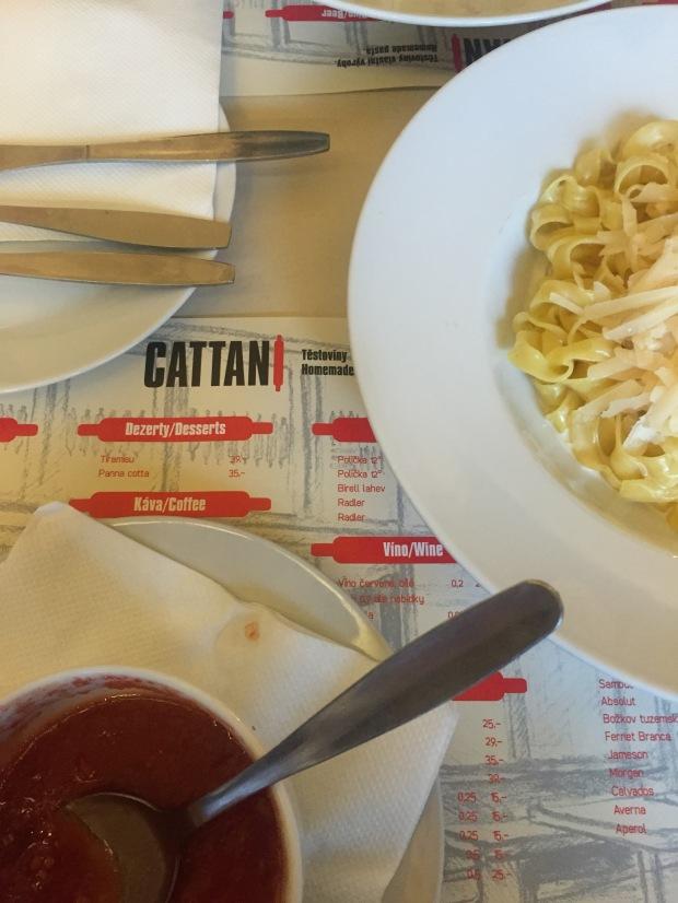 Oběd v Cattani v Brně. Tomatová plévka a těstoviny s gorgonzolovou omáčkou.