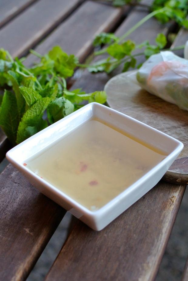 Omáčka dodá závitkům výraznou a pikantní chuť. Podávejte ji v mističce a závitky si do ní namáčejte.