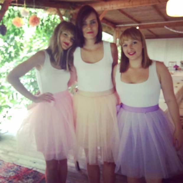 Tohle jsou moje 3 sudičky, 3 šikovné kamarádky, které mi se vším pomáhaly. Ony i moje měnší družičky na sobě měly krásné Mity Sukně.
