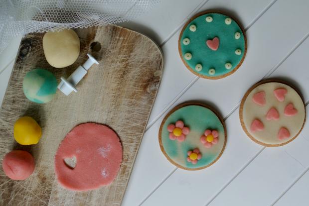 růžové sušenky s marcipánem