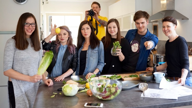 Z leva Kačí, Nikol, Lucka, Já, Martin, Jana. Točíme pár záběrů pro klip k písničce na Food Revolution Day. A pak už konečně letíme.