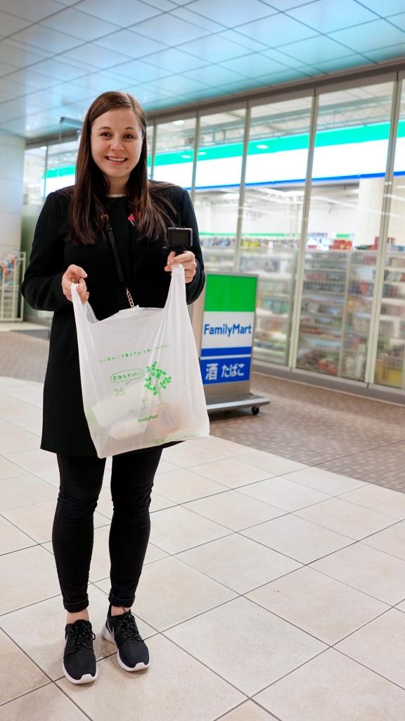 Nákup v nonstop obchodě Family Mart, který najdete v Japonsku na každém rohu. A když ne ten, tak 7Eleven, což je něco podobného.