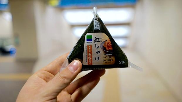 """Onishiki, neboli """"svačinka"""". Rýže v řase nori a uvnitř zelenina, ryba, nebo třeba kaviár."""
