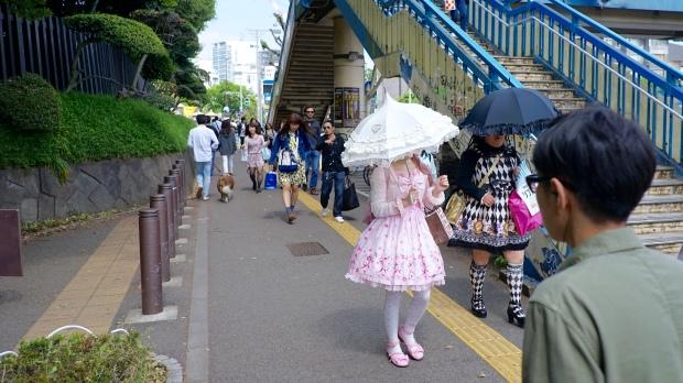 Japonky a jejich neustálé deštníky. Proti slunci, proti dešti, proti všemu. Tyhle šly ze čtvrti Harajuku.