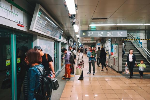 Přestup a čekání na metro. Tady do kolejí nikdo nespadne.